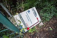 """Die letzten Fluechtlinge verlassen die Notunterkunft Kruppstrasse.<br /> Am Montag den 24. Juli 2017 zogen die letzten gefluechteten Menschen aus der Notunterkunft der Berliner Stadtmission in der Moabiter Kruppstrasse aus. Die Traglufthalle war im November 2014 als Notunterkunft errichtet und ist dann als Dauereinrichtung betrieben worden. Ohne Privatsphaere lebten manche Gefluechtete dort bis zu zwei Jahre. Nun wurden die Menschen in andere Unterkuenfte verteilt und der """"Ballon"""", wie er von den Bewohnern genannt wurde, wird abgebaut.<br /> 24.7.2017, Berlin<br /> Copyright: Christian-Ditsch.de<br /> [Inhaltsveraendernde Manipulation des Fotos nur nach ausdruecklicher Genehmigung des Fotografen. Vereinbarungen ueber Abtretung von Persoenlichkeitsrechten/Model Release der abgebildeten Person/Personen liegen nicht vor. NO MODEL RELEASE! Nur fuer Redaktionelle Zwecke. Don't publish without copyright Christian-Ditsch.de, Veroeffentlichung nur mit Fotografennennung, sowie gegen Honorar, MwSt. und Beleg. Konto: I N G - D i B a, IBAN DE58500105175400192269, BIC INGDDEFFXXX, Kontakt: post@christian-ditsch.de<br /> Bei der Bearbeitung der Dateiinformationen darf die Urheberkennzeichnung in den EXIF- und  IPTC-Daten nicht entfernt werden, diese sind in digitalen Medien nach §95c UrhG rechtlich geschuetzt. Der Urhebervermerk wird gemaess §13 UrhG verlangt.]"""