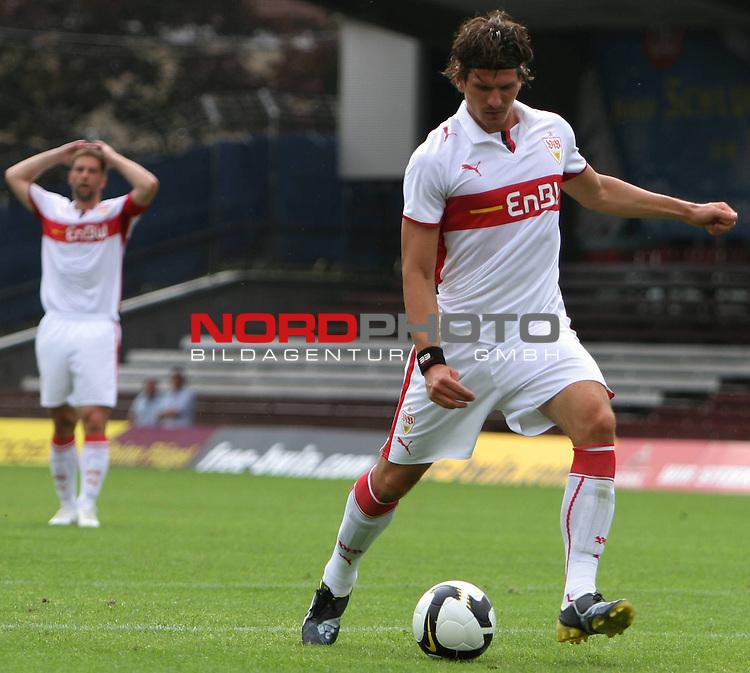 Testspiel FC St.Pauli vs. VFB Stuttgart 2:5  2008/2009  <br /> <br /> <br /> Mario Gomez (Nr.33) schiesst, Thomas Hitzlsperger (Nr.11) links im Hintergrund zittert und reisst die Arme &uuml;ber den Kopf.<br /> <br /> <br /> Foto &copy; nph (nordphoto)<br /> <br /> *** Local Caption ***