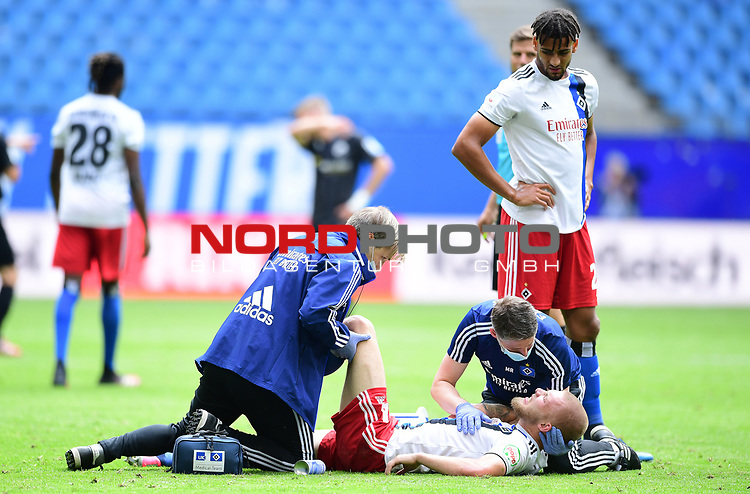 v.l. Mannschaftsarzt Dr. Wolfgang Schillings, Rick van Drongelen (HSV, verletzt), Physiotherapeut Mario Reicherz, Josha Vagnoman<br />