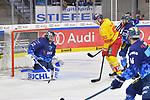Torwart Jochen Reimer (Nr.32 - ERC Ingolstadt), Jerome Flaake (Nr.90 - Duesseldorfer EG) und Sean Sullivan (Nr.37 - ERC Ingolstadt) beim Spiel in der DEL, ERC Ingolstadt (dunkel) - Duesseldorfer EG (hell).<br /> <br /> Foto © PIX-Sportfotos *** Foto ist honorarpflichtig! *** Auf Anfrage in hoeherer Qualitaet/Aufloesung. Belegexemplar erbeten. Veroeffentlichung ausschliesslich fuer journalistisch-publizistische Zwecke. For editorial use only.