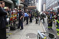 NEW YORK, EUA, 13.07.2017 - ACIDENTE-NEW YORK - Movimentação de homens do Corpo de Bombeiros no local onde ocorreu um vazamento de monóxido de carbono em um prédio de 12 andares localizado na baixa Manhattan em New York nesta terça-feira, 13. 32 pessoas foram levadas para hospitais da região sem gravidade. (Foto: Vanessa Carvalho/Brazil Photo Press)