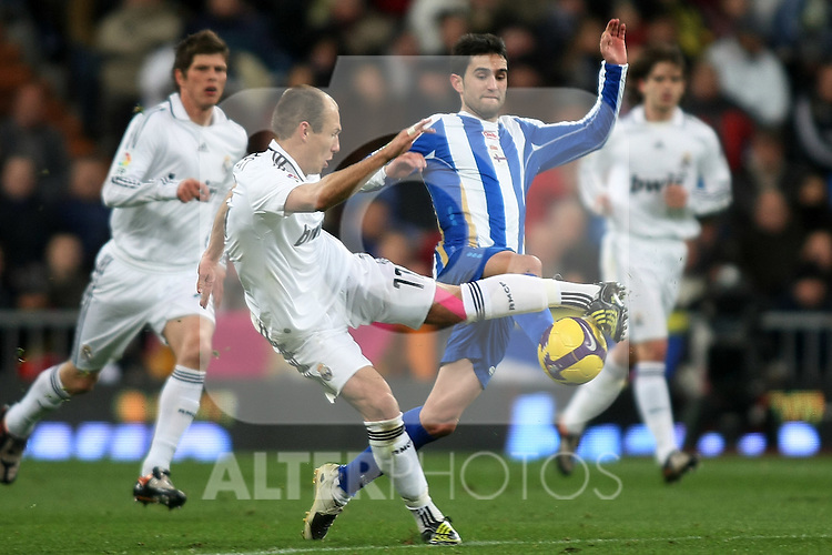 Real Madrid's Arjen Robben (l) and Deportivo de la Coruna's Juan Rodriguez during La Liga match.January 25 2009. (ALTERPHOTOS/Acero).