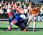 BLOEMENDAAL   - Hockey -  2e wedstrijd halve finale Play Offs heren. Bloemendaal-Amsterdam (2-2) . Roel Bovendeert (Bldaal) met keeper Philip van Leeuwen (A'dam)  tijdens de shoot outs.    COPYRIGHT KOEN SUYK