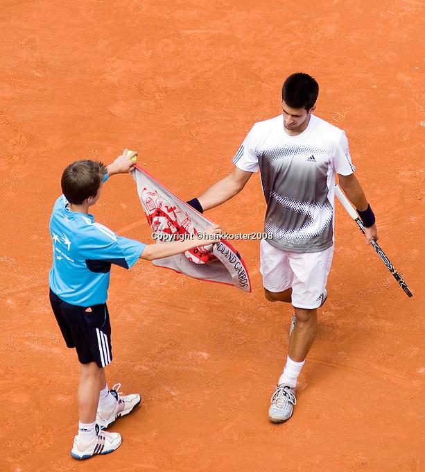 25-5-08, France,Paris, Tennis, Roland Garros, Novak Djokovic gets his towel from a ballboy