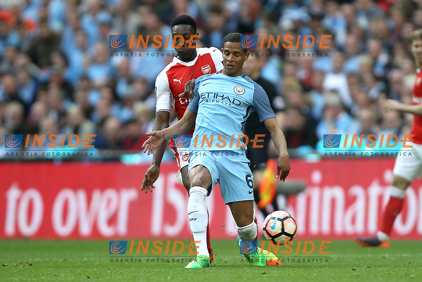 Fernando of Manchester City under pressure from Danny Welbeck of Arsenal <br /> London 23/04/2017 <br /> Arsenal vs Manchester City - FA Cup Semi Final <br /> Foto Darren Staples/PHCImages / Panoramic/Insidefoto <br /> ITALY ONLY