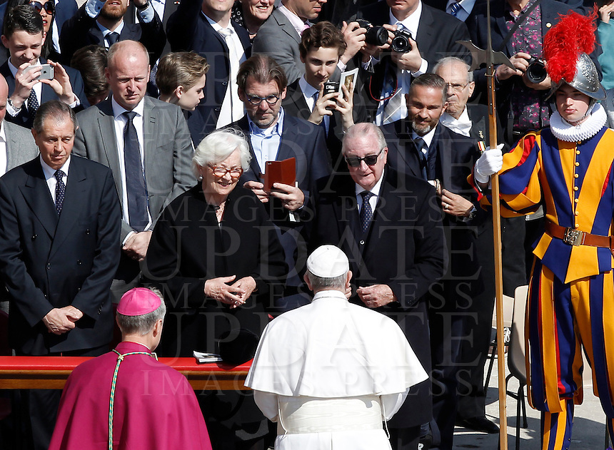 Papa Francesco saluta i Reali del Belgio Paola e Alberto II al termine della messa di Pasqua in Piazza San Pietro, Citta' del Vaticano, 27 marzo 2016.<br /> Pope Francis greets Belgium's Queen Paola and King Albert II at the end of the Easter Mass in St. Peter's Square, Vatican, 27 March 2016.<br /> UPDATE IMAGES PRESS/Isabella Bonotto<br /> <br /> STRICTLY ONLY FOR EDITORIAL USE<br /> <br /> *** ITALY AND GERMANY OUT ***