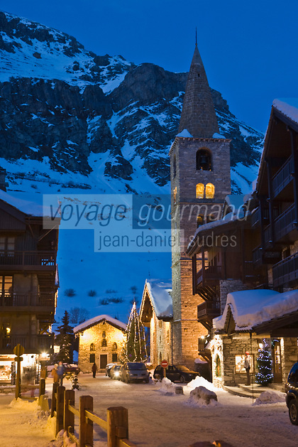 Europe/France/73/Savoie/Val d'Isère: le village et Eglise St Bernard de Menthon avec son clocher lombard carré à la tombée de la nuit.