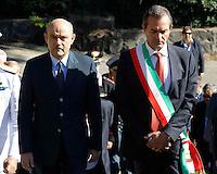 il sindaco di Napoli Luigi de Magistris con  la fascia tricolore ed Il Prefetto di Napoli Francesco Musolino  durante la cerimonia di  commemorazione delle 4 giornate di Napoli