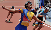 CALI – COLOMBIA – 02-08-2013: Andres Felipe Muñoz de Colombia celebra la medalla de oro en la prueba de los 1000 metros en patinaje de Velocidad en los IX Juegos Mundiales Cali, agosto 2 de 2013. (Foto: VizzorImage / Luis Ramirez / Staff). Andres Felipe Muñoz from Colombia celebrates a gold medal in 1000 meters In Speed Skating in the IX World Games Cali, August 2 2013. (Photo: VizzorImage / Luis Ramirez / Staff).