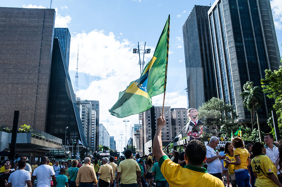 SÃO PAULO,SP, 04.12.2016 - PROTESTO-SP - Manifestantes protestam em apoio ao juiz Sérgio Moro e as medidas contra a corrupção, além de pedir a saída imediata do presidente do Senado, Renan Calheiros (PMDB-AL), na avenida Paulista em São Paulo neste domingo, 4. (Foto: Rogério Gomes/Brazil Photo Press)