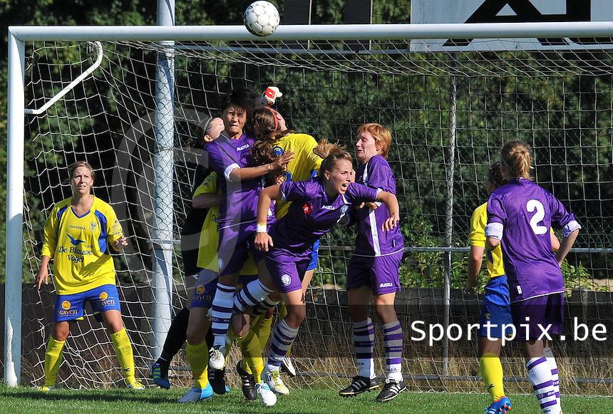 Beerschot Dames - STVV  Sint-Truiden VV Dames :.duel voor het doel van Sint-Truiden met Riana Nainggolan , Lim De Vetter en Ilse LAarmans.foto JOKE VUYLSTEKE / Vrouwenteam.be