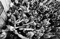 LETTLAND, 21.08.91.Riga.Während des Anti-Gorbatschow-Putsches versuchen sowjetische Truppen, die Kontrolle über Riga zu erhalten, mit dem Scheitern des Putsches gewinnt Lettland endgültig seine Unabhängigkeit..- Verkündung der Unabhängigkeit am verbarrikadierten Parlament durch Ausgabe von Handzetteln. Saemtliche Massenmedien sind durch Sowjettruppen besetzt..During the anti-Gorbachev-coup Soviet troops try to obtain control of Riga. With the failure of the coup Latvia finally regains its independence. - Publication of the declaration of independence by handing out leaflets. All mass media is occupied by Soviet forces..© Martin Fejér