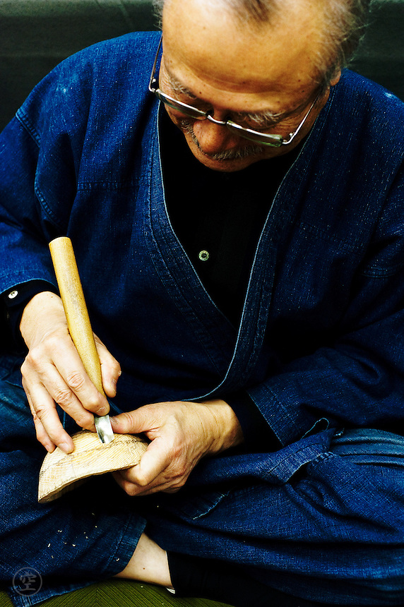Kitagawara Seiun carving a female mask.