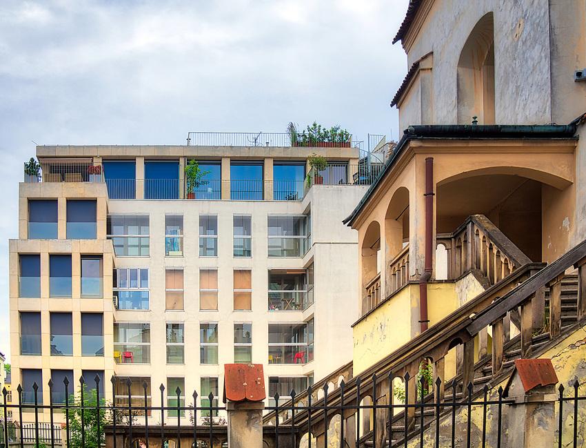 Fragment synagogi Izaaka, na drugim planie nowoczesny apartamentowiec na Kazimierzu