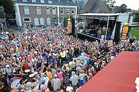 TURNEN: HEERENVEEN: centrum Heerenveen, 16-08-2012, Huldiging Olympisch kampioen, veel publiek aanwezig op de Oude Koemarkt tijdens de 'zegetocht' van Epke Zonderland en Céline van Gerner, ©foto Martin de Jong