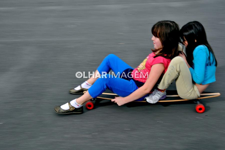 Crianças em skate. São Paulo. 2009. Foto de Juca Martins.