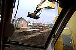 WILNIS - In Wilnis wordt gewerkt aan het opruimen van de rommen na het doorbreken van een dam van een dijklichaam waardoor een woonwijk gedeeltelijk onder water kwam te staan. COPYRIGHT TON BORSBOOM.