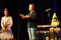"""Comedian Mirja Boes mit ihrer Band """"Honkey Donkeys"""" bei ihrem Auftritt im Buergerhaus Moerfelden-Walldorf mit """"Fuer Geld tun wir Alles"""" - Sie liest einen Brief an Florian Silbereisen"""