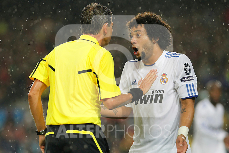 Real Madrid's Marcelo Vieira (r) have words with the referee Frank De Bleeckere during UEFA Champions League match.May 3,2011.(ALTERPHOTOS/Acero)