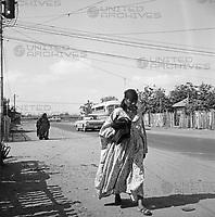 Frau der Goajira-Indianer geht Straße bei oder in Maracaibo entlang, Venezuela 1966. Indigenous women of Goajira walks down the street near or in Maracaibo, Venezuela 1966.