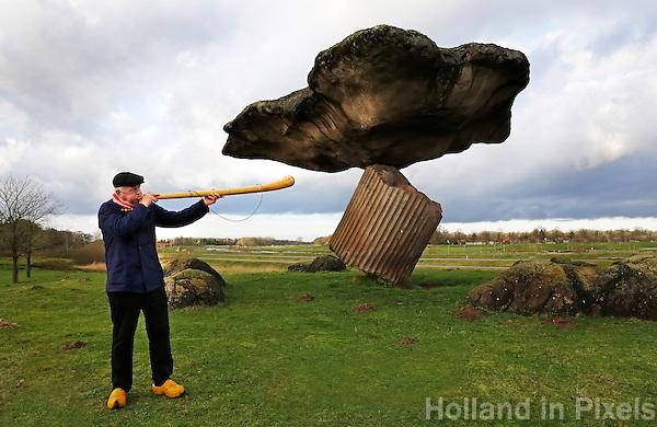 """Midwinterhoornbloasgroep Dals'n . Midwinterhoornblazen bij de Zwevende Steen in Dalfsen. Traditie in het Oosten van Nederland. Normaal wordt alleen geblazen tussen de eerste zondag van advent (""""anbloazen"""") en Driekoningen ( """"afbloazen"""")."""