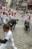 PAMPLONA, ESPANHA, 10 JULHO 2012 - FESTIVIDADES SAN FIRMIN - Tradicional corrida de touros durante o terceiro dia das celebrações do Festival de San Fermin, no centro histórico da cidade de Pamplona, em Navarra, na Espanha, nesta terca-feira 10. (FOTO: ALFAQUI / BRAZIL PHOTO PRESS).
