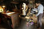 Foto: VidiPhoto<br /> <br /> DE BILT &ndash; Voor het eerst sinds zijn overlijden in 2014, gaan de deuren van het atelier van beeldend kunstenaar Jits Bakker dit weekend weer open voor het publiek. Jits werkte ruim 50 jaar als veelzijdig kunstenaar in zijn atelier De Kooi in De Bilt. Na het overlijden van Bakker is daar niets meer aan veranderd. Zoon Tibo van de Zand die de collectie van Jits beheert, heeft samen met de stichting Jits Bakker besloten de historische plek waarvoor internationaal veel belangstelling is, in ieder geval komend weekend weer open te stellen. Bovendien worden er pogingen ondernomen om zowel atelier als beeldentuin Beerschoten in De Bilt op de nationale erfgoedlijst te krijgen. Pogingen van het Utrechts Landschap om de beeldentuin te verplaatsten stuitte vorige jaar op groot verzet van zowel publiek als politiek. Foto: Tibo van de Zand maakt atelier en kunstwerken nog even schoon.