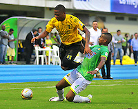 BARRANCABERMEJA- COLOMBIA - 23 - 07 -2016: John Vasquez (Izq.) jugador de Alianza Petrolera, disputa el bal—n con Felix Garcia (Der.) jugador de Atletico Bucaramanga, durante partido Alianza Petrolera y Atletico Bucaramanga, por la fecha 5 por la Liga Aguila II 2016 en el estadio Daniel Villa Zapata en la ciudad de Barrancabermeja. / John Vasquez (L) player of Alianza Petrolera, figths the ball with Felix Garcia (R) player of Atletico Bucaramanga, during a match between Alianza Petrolera and Atletico Bucaramanga, for date 5 of the Liga Aguila II 2016 at the Daniel Villa Zapata stadium in Barrancabermeja city. Photo: VizzorImage  / Jose D Martinez / Cont.