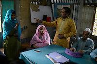 BANGLADESH, Tangail, Kalihat, village Agcharan, Shalish a traditional community-based court in village / BANGLADESCH, Distrikt Tangail, Kalihati, NGO Nagorik Uddyog reformiert die Shalish, die traditionellen Schlichtungsraete, und beraet Dorfbewohner in Rechtsfragen, Dorf Agcharan, von NU organisiertes  Shalish, Verhandlung Frau Mongila Khatun, 16 Jahre alt, gegen Ehemann Afanul