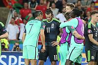 Die beiden Superstars von Real Madrid Cristiano Ronaldo (Portugal) und Gareth Bale (Wales) nach dem Spiel zusammen, während Portugal jubelt - UEFA Euro 2016: Portugal vs. Wales, Halbfinale M49, Grand Stade Olympique Lyonais, Lyon