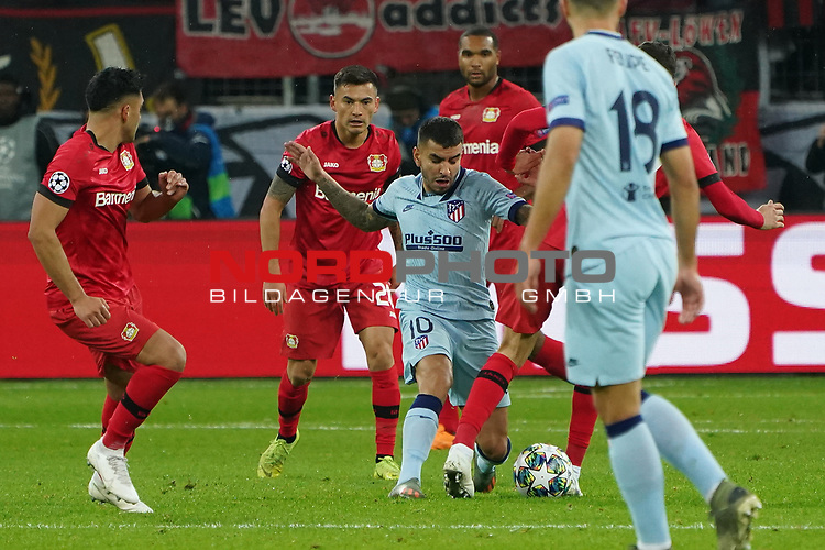 06.11.2019, BayArena, Leverkusen, Championsleague, Vorrunde, 4. Spieltag, GER, UEFA  CL, Bayer 04 Leverkusen (GER) vs. Atletiko Madrid (ESP),<br />  <br /> UEFA regulations prohibit any use of photographs as image sequences and/or quasi-video<br /> <br /> im Bild / picture shows: <br /> Ángel Correa (Atletico Madrid #10), im Zweikampf gegen  Charles Aránguiz (Leverkusen #20), <br /> <br /> Foto © nordphoto / Meuter<br /> <br /> <br /> <br /> Foto © nordphoto / Meuter