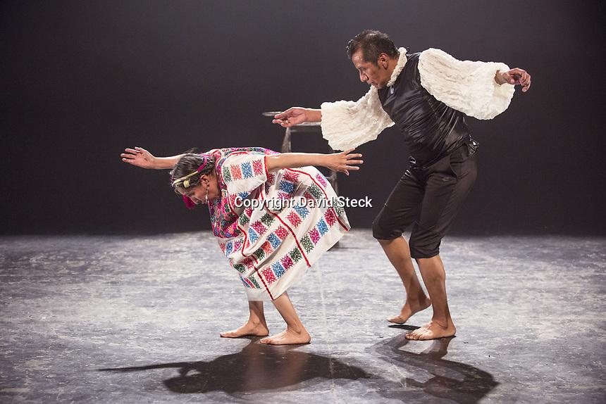 Quer&eacute;taro, Qro. 18 de Agosto de 2017.-La Compa&ntilde;&iacute;a de teatro-danza &ldquo;&Aacute;lamo Blanco - Viaje Esc&eacute;nico&rdquo; present&oacute; la obra &ldquo;Ar Nts&ouml;b&uuml;hna ir Nxuni - El Coloquio del Aguila&rdquo;, obra protagonizada por Desiderio Daxuni S&aacute;nchez y Yuorama S&aacute;nchez, dirigido por Antonio Cu&eacute; en el marco de la Muestra Estatal de Teatro 2017.<br /> <br /> &ldquo;El Coloquio del Aguila&rdquo; se estren&oacute; en el Foro M&uacute;ltiple del Museo de la Ciudad de Quer&egrave;taro y es un &ldquo;..proyecto esc&eacute;nico de teatro,danza y textos originales en lengua h&ntilde;&auml;h&ntilde;o y espa&ntilde;ol acerca de Don Fernando de Tapia (Con&iacute;n)..&rdquo; y cuenta con el apoyo del Fondo Nacional para la Cultura y las Artes.<br />  <br /> Foto: David Steck