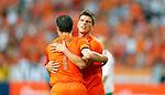 Nederland, Amsterdam, 26 mei 2012.Oefeninterland .Nederland-Bulgarije.Klaas Jan Huntelaar van Nederland (r.) feliciteert Robin van Persie van Nederland nadat Robin van Persie de 1-0 heeft gemaakt.