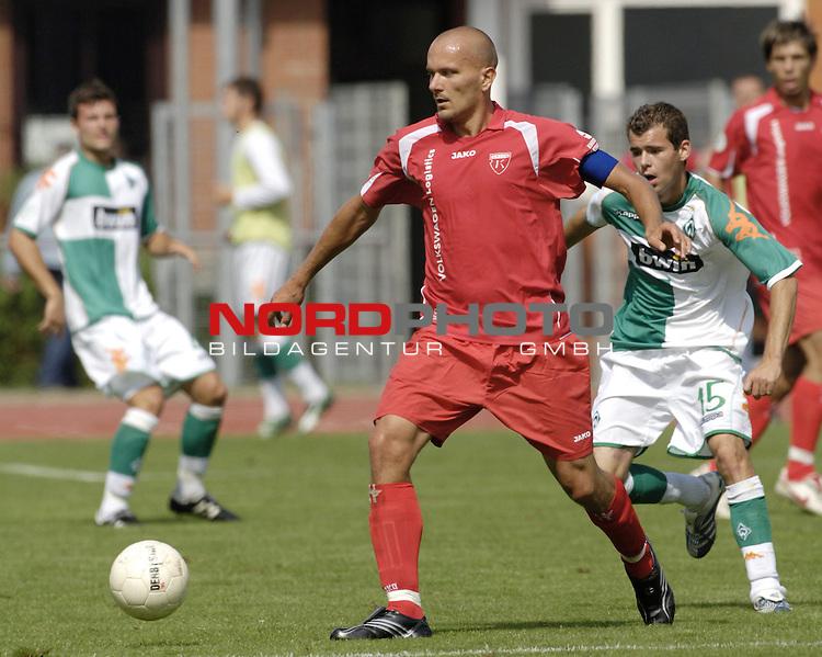RLN 2006/2007 - 3.Spieltag Hinrunde; Werder Bremen II - BSV Kickers Emden;<br /> Emdens Rudolf Zedi vor Amaury Bischoff<br /> <br /> Foto &copy; nordphoto