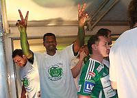 Handball - Relegationsspiel zum Aufstieg in die 2. Bundesliga - SC DHfK Leipzig spielt zu Hause in der Ernst-Grube-Halle gegen Dessau-Rosslauer HV..Im Bild: Jubel beim Team auf der Showbühne - Marc Abati Joel zeigt sich in Siegerpose mit Aufstiegs-T-Shirt .Foto: Christian Nitsche.Jegliche kommerzielle Nutzung ist honorar- und mehrwertsteuerpflichtig! Persönlichkeitsrechte sind zu wahren. Es wird keine Haftung übernommen bei Verletzung von Rechten Dritter. Autoren-Nennung gem. §13 UrhGes. wird verlangt. Weitergabe an Dritte nur nach vorheriger Absprache.