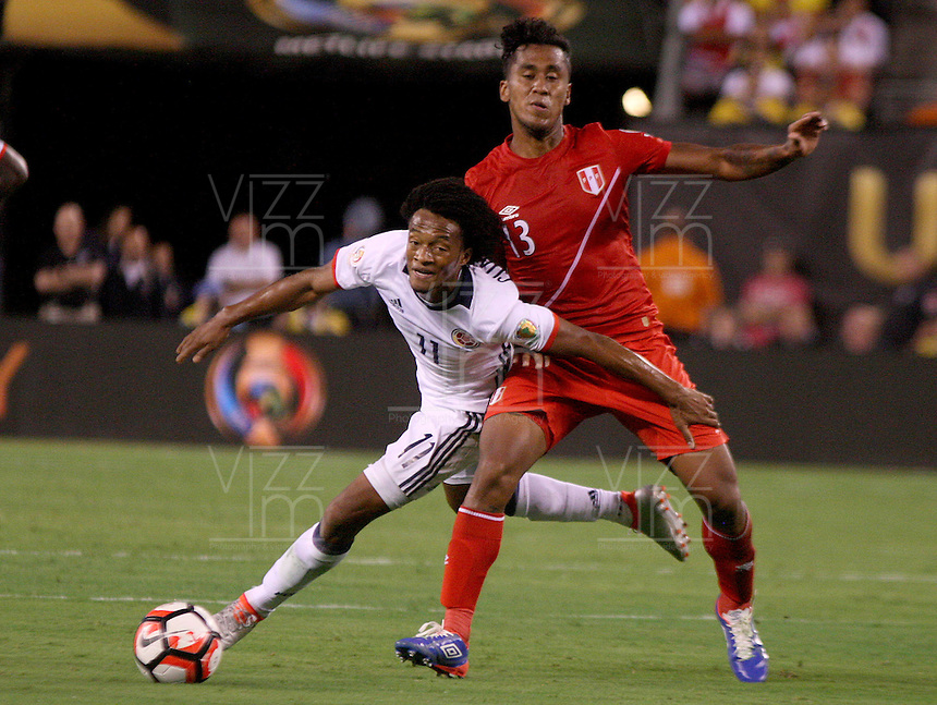 NEW JERSEY - UNITED STATES, 17-06-2016: Juan G Cuadrado (Izq) jugador de Colombia (COL) disputa el balón con Renato Tapia (Der.) jugador de Peru (PER) durante partido por los cuartos de final entre Colombia (COL) y Peru (PER)  por la Copa América Centenario USA 2016 jugado en el estadio MetLife en East Rutherford, Nueva Jersey, USA.  / Juan G Cuadrado (R) player of Colombia (COL) fights the ball with Renato Tapia (R) player of Peru (PER) during a match for the quarter of finals between Colombia (COL) and Peru (PER) for the Copa América Centenario USA 2016 played at MetLife stadium in East Rutherford, New Jersey, USA. Photo: VizzorImage/ Luis Alvarez /Cont.