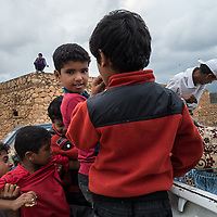 Dec. 28, 2014 - Socotra, Yemen. Children look into the back of a pick-up truck in Hadibo. © Nicolas Axelrod / Ruom