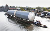 Nederland Zaandam 2017 . De Zaan. Vervoer van opslagtanks. Foto Berlinda van Dam / Hollandse Hooogte.