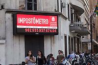 SAO PAULO, SP, 16 DE AGOSTO DE 2012 - ECONOMIA - Impostometro ultrapassa a casa dos R$950 bilhoes de reais em arrecadacao de impostos, conforme informa o painel localizado na Rua Boa Vista, na zona central da cidade. FOTO RICARDO LOU - BRAZIL PHOTO PRESS