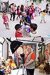 SGUARDI INCROCIATI<br /> Aziz Mandi e Gabriele Chio, fotografi<br /> <br /> Il fotografo sorride al fotografo<br /> i bimbi intorno<br /> a giocare<br /> ballare<br /> camminare<br /> soffiare<br /> osservare<br /> e non c&rsquo;&egrave; proprio<br /> niente altro da dire,<br /> solo da guardare.<br /> <br /> Un fotografo eccolo qua:<br /> scenografie da montare<br /> mondi da immaginare<br /> luci per abbellire.<br /> Non c&rsquo;&egrave; proprio niente da dire <br /> solo lo sguardo pu&ograve; domandare <br /> perch&eacute;<br /> mi vuoi fotografare?