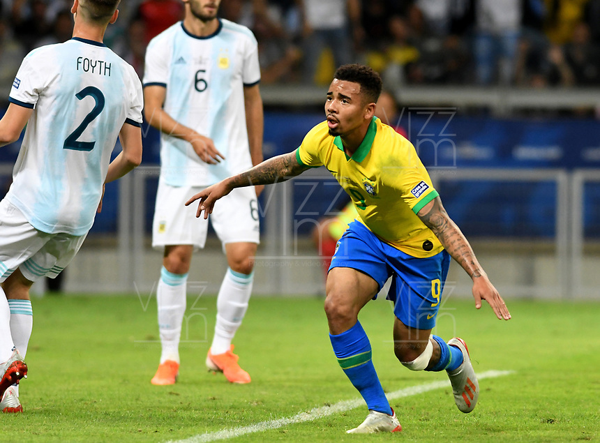 BELO HORIZONTE – BRASIL, 02-07-2019: Gabriel Jesus de Brasil celebra después de anotar el primer gol de su equipo durante partido por la semifinal de la Copa América Brasil 2019 entre Brasil y Argentina jugado en el Estadio Mineirão de Belo Horizonte, Brasil. / Gabriel Jesus of Brazil celebrates after scoring the first goal of his team during the Copa America Brazil 2019 semifinal match between Brazil and Argentina played at Mineirão stadium in Belo Horizonte, Brazill. Photos: VizzorImage / Julián Medina / Cont /