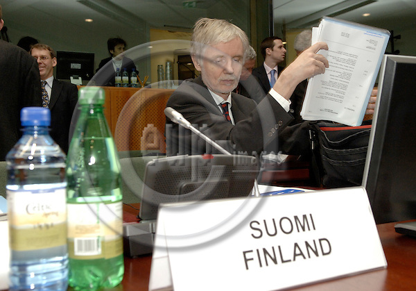Brussels-Belgium - 07 December 2005---European Ministers for Foreign Affairs meet in a conclave on financial perspectives to find an agreement on the next budget for the EU; here, Erkki TUOMIOJA, Minister for Foreign Affairs of Finland, at the start of the meeting---Photo: Horst Wagner/eup-images