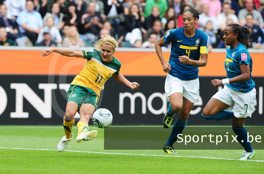 Fifa Women's World Cup Germany 2011 : Brazil - Australia  at Borussia - Park in Munchengladbach : Lisa De Vanna met het schot voor Aline en Ester (rechts)..foto DAVID CATRY / Vrouwenteam.be
