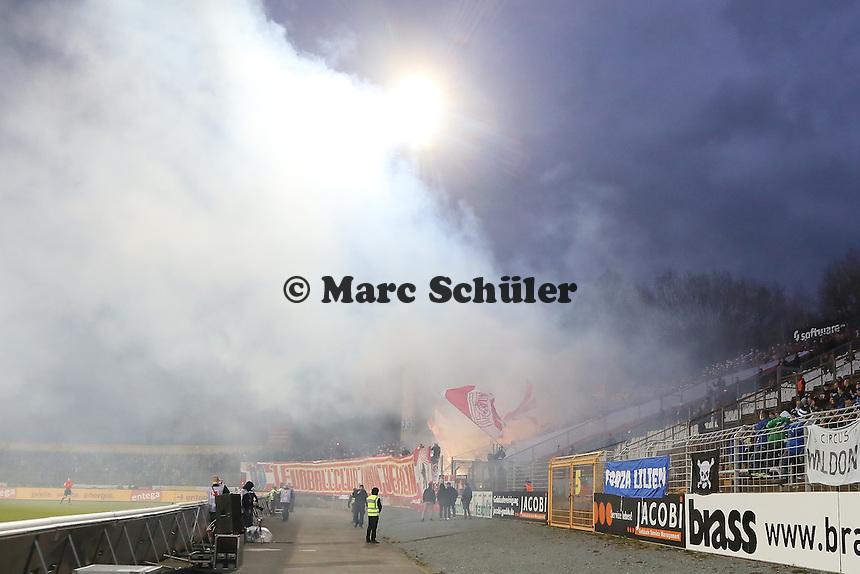 Fans von Union Berlin zuendeln wieder mit Bengalos - SV Darmstadt 98 vs. 1. FC Union Berlin, Stadion am Boellenfalltor