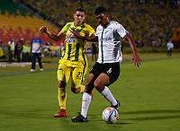 BUCARAMANGA-COLOMBIA , 3 -11-2018. Johan Caballero (Izq.) Jugador del Atlético Bucaramanga disputa el balón con Dany Jeison Angulo (Der.) jugador del Deportivo Cali durante partido por la fecha 18 de la Liga Águila II 2018 jugado en el estadio Alfonso López de la ciudad de Bucaramanga./Johan Caballero (L) player of Atletico Bucaramanga fights the ball with Jeison Angulo (R) player of Deportivo Cali during match for the date 18 of the Aguila League II 2018 played at Alfonso Lopez  stadium in Bucaramanga city. Photo: VizzorImage/ Oscar Martínez / Contribuidor