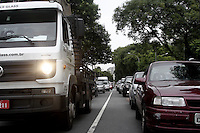 SÃO PAULO, SP, 10 JANEIRO DE 2013  -TRANSITO SP - Motorista enfrenta transito lento entre Av Rudge e Viaduto Eng Orlando Murgel, principal via de acesso ao centro da capital. O viaduto que esta em obras desde o incendio na favela do Moinho em setembro de 2012,  tem previsão de entrega para abril de 2013. Manha de quinta-feira, 10, Bom Retiro,   zona central da capital. FOTO LOLA OLIVEIRA - BRAZIL PHOTO PRESS