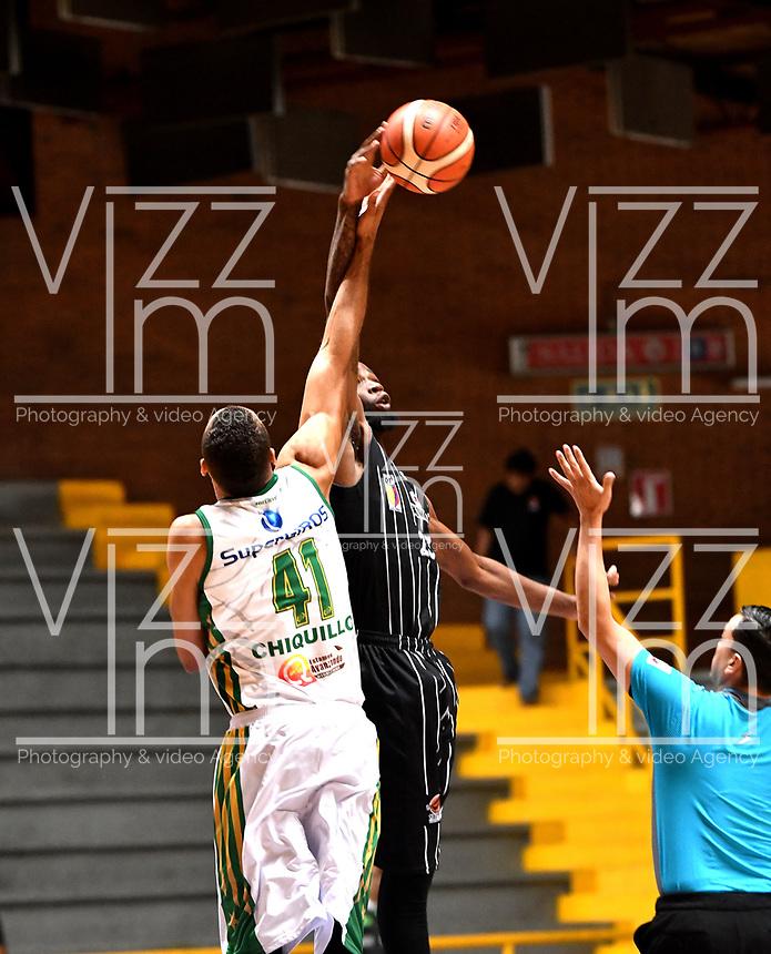 BOGOTA – COLOMBIA - 21 – 05 - 2017: Taitus Mins (Der.) jugador de Piratas de Bogota, salta a disputar el balón con Jhon Hernandez (Izq.) jugador de Cimarrones de Choco, durante partido entre Piratas de Bogota y Cimarrones de Choco por la fecha 2 de Liga  Profesional de Baloncesto Colombiano 2017 en partido jugado en el Coliseo El Salitre de la ciudad de Bogota. / Taitus Mins (R) player of Piratas of Bogota, jumps for the ball with Jhon Hernandez (L) player of Cimarrones of Choco, during a match between Piratas of Bogota and Cimarrones of Choco, of the  date 2 for La Liga  Profesional de Baloncesto Colombiano 2017, game at the El Salitre Coliseum in Bogota City. Photo: VizzorImage / Luis Ramirez / Staff.