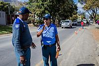 Die Polizisten Themba Runeli (li) und Enrico Pillay in Hout Bay, Kapstadt, Südafrika an einem informellen Taxi-Stand, an dem einige Tage zuvor vier Busfahrer erschossen wurden
