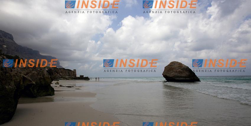 Socotra, gennaio 2006..Socotra e' l'isola più grande dello Yemen, rimasta per lungo tempo isolata dal continente ha sviluppato una fauna ed una flora  straordinaria con specie endemiche particolarissime. L'arcipelago di Socotra e' stata dichiarata dall'UNESCO Riserva della Biosfera...Nella foto: Spiaggia di Ar-Ar con la bassa marea, la sorgente che sgorga dalla montagna crea ruscelli d'acqua dolce ed un morbido prato verde tra le due grandi dune bianche che scendono dal costone della montagna fino al mare.....Socotra was declared by UNESCO a Biosphere reserve and it was so long isolated to the continent that has developed a lot kinds of particular animal and vegetable species...In the picture the Ar Ar  beach with the low tide.....Photo Antonietta Baldassarre INSIDE (www.insidefoto.com)