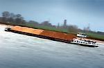 TIEL - Binnenvaartschip geladen met grond vaart over rivier de Waal. COPYRIGHT TON BORSBOOM